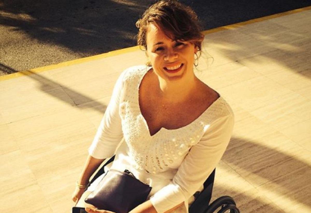 Un taxi refuse de conduire une femme qui est en fauteuil roulant et se fait remettre à sa place par la foule