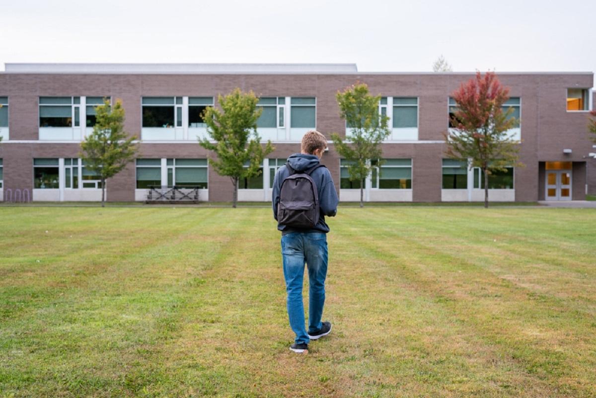 Un élève d'une école secondaire de Saguenay arrêté pour avoir roué de coups un ado de 14 ans.