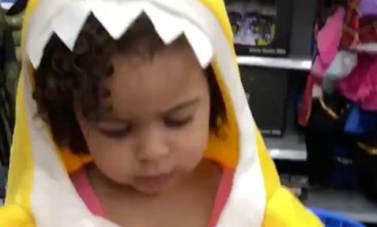 Une fillette de deux ans meurt dans les bras de sa maman.