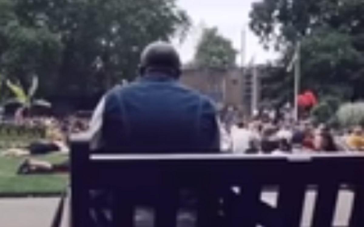 Quand un homme se met à chanter ce hit dans un parc, tout le monde se joint à lui
