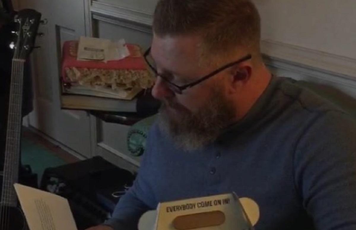 Un papa dont le fils est décédé reçoit un ourson en peluche qui permet d'entendre le coeur de son enfant