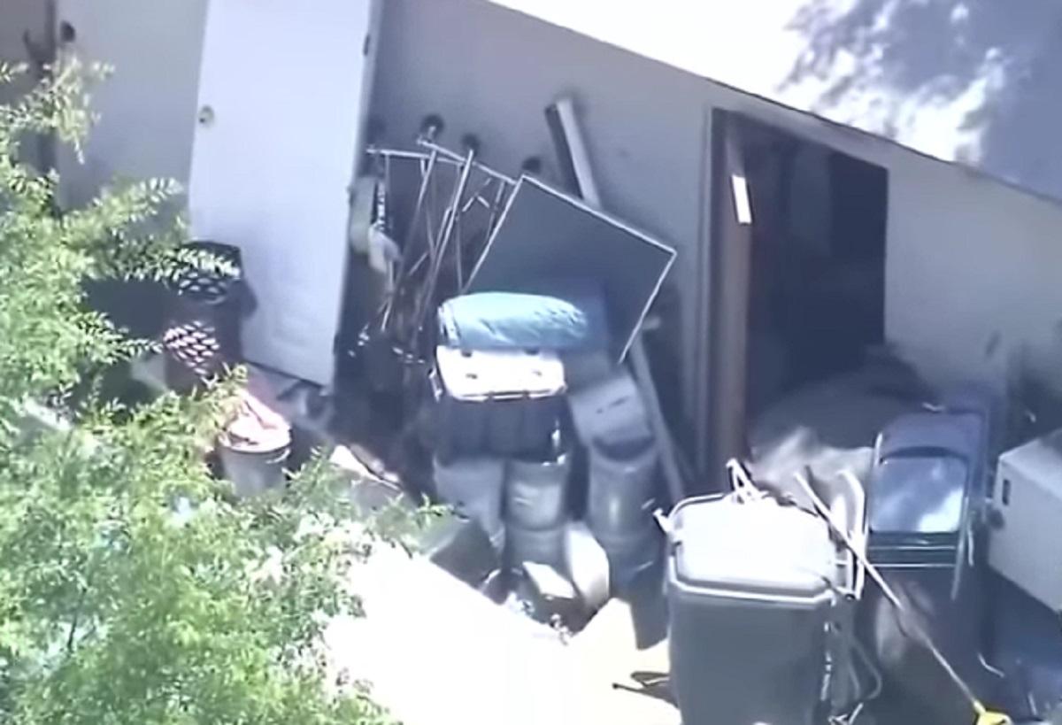 Un locataire trouve un petit garçon attaché seul dans le noir dans un bâtiment près de chez lui